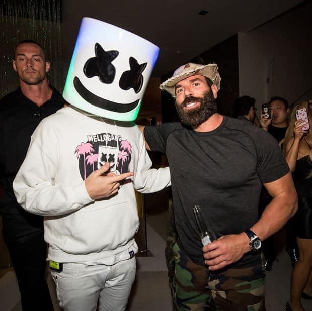 Der Künstler Marshmello macht mit Dan Bilzerian ein Foto auf seiner Party